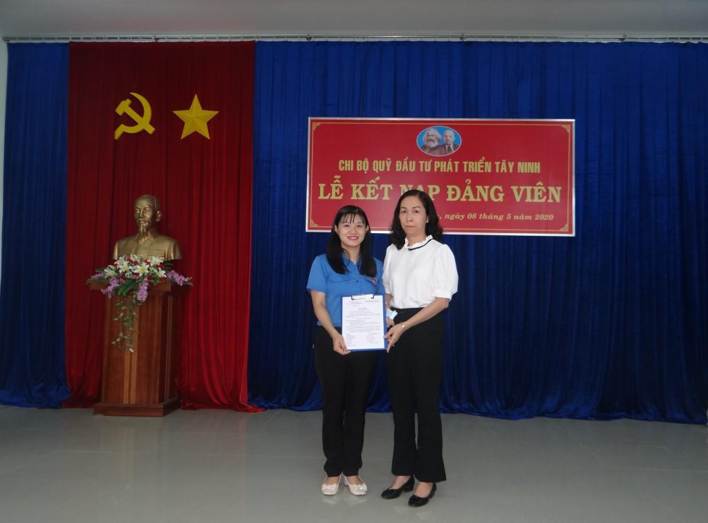 Đ/c Ngô Phạm Phương Thu trao Quyết định cho đ/c Bùi Thị Trà Mi